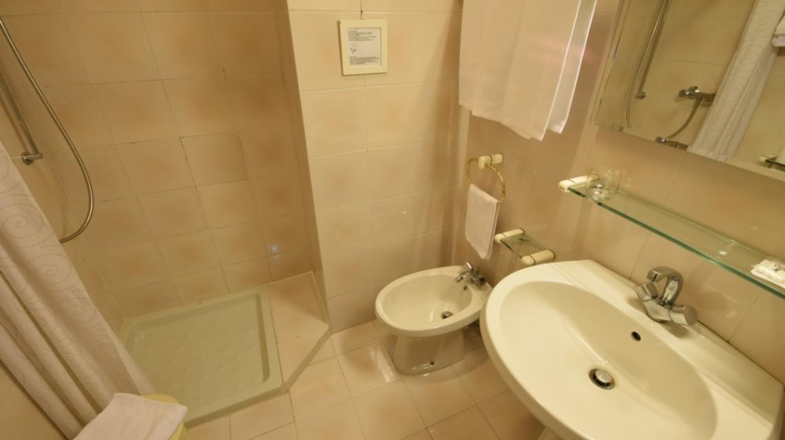 bagno privato con doccia e servizi